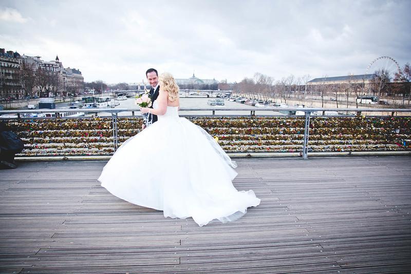 wedding-photos-paris-love-lock-bridge