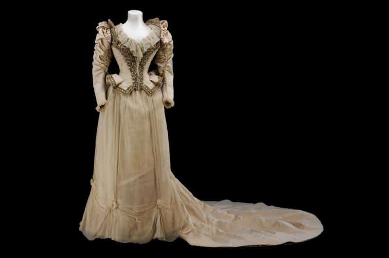 2.full_Embroidered corded silk wedding dress made after a Paquin Lalanne et Cie,Paris.Model by Stern Brothers, New York, 1890.Given by Lord Fairhaven©VAn-web