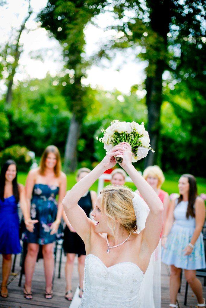 lancer de bouquet pendant le mariage